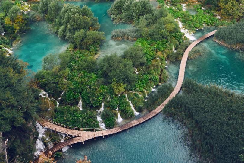 Плитвички езера в Хърватия са изключително красиво място, което трябва да посетим. Кристално чистите води и впечатляващите водопади са притегателно място за ваканция.