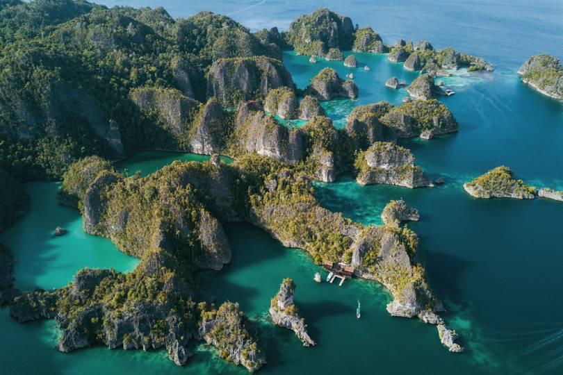 Раджа Ампат, намиращ се в Индонезия, е изключително красив архипелаг в Тихия океан. Има огромно подводно биоразнообразие.