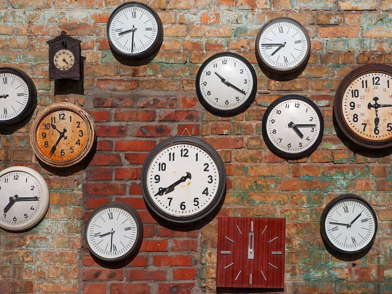 Русия има 12 часови зони, което означава че някои стават, а други лягат.