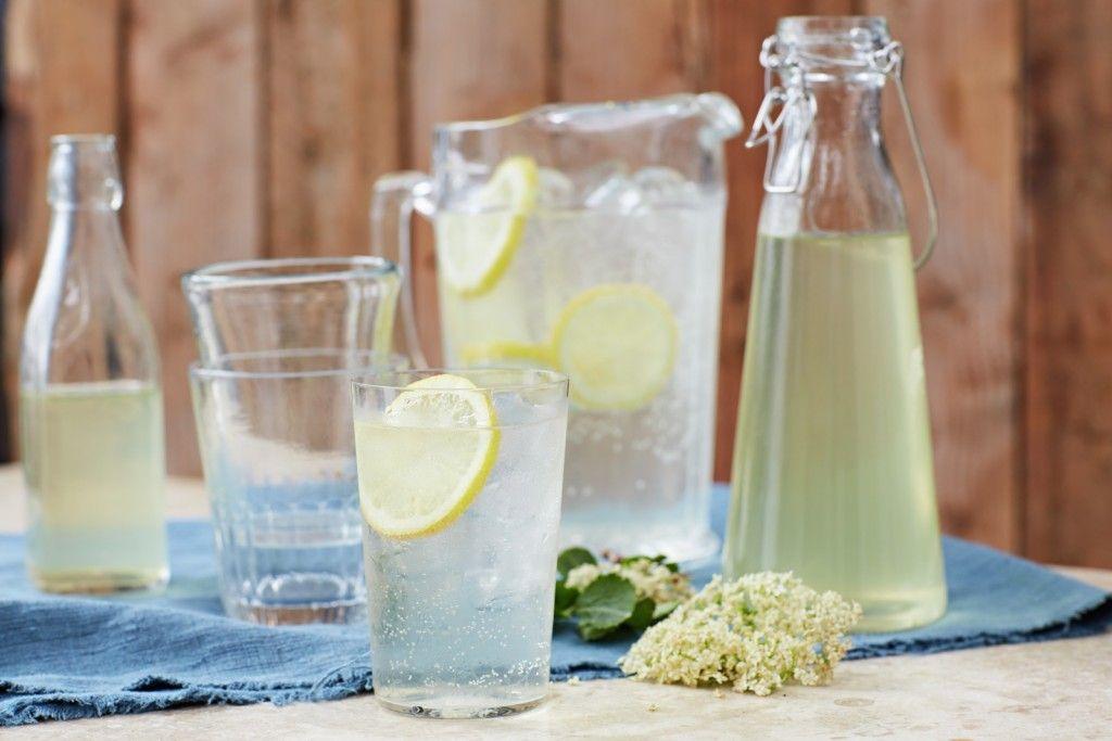 Домашно направения сок от бъз е изключително полезна и освежаваща напитка. С малко лед е перфектна за летните жеги.