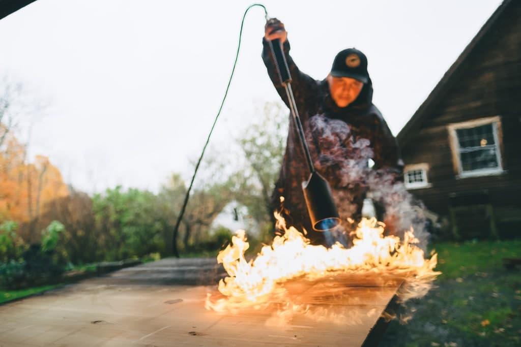 Обгаряне на дървесина с помощта на газова горелка.