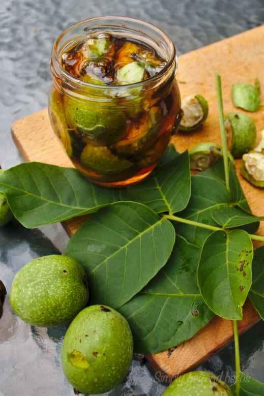 Зелените орехи са изключително полезни за хората. Съдържат много витамини, минерали и ценни съставки. Вижте как да се лекуваме със зелени орехчета?