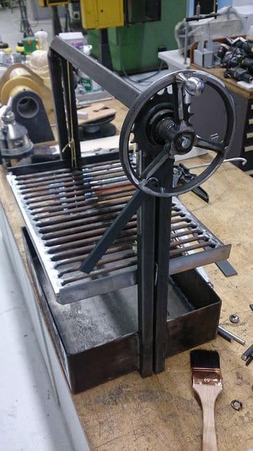Как да направим метално барбекю с потапящ механизъм?