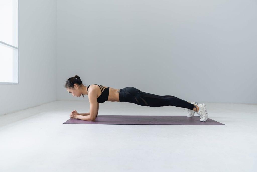 Как да започнем да практикуваме йога с поза планк.