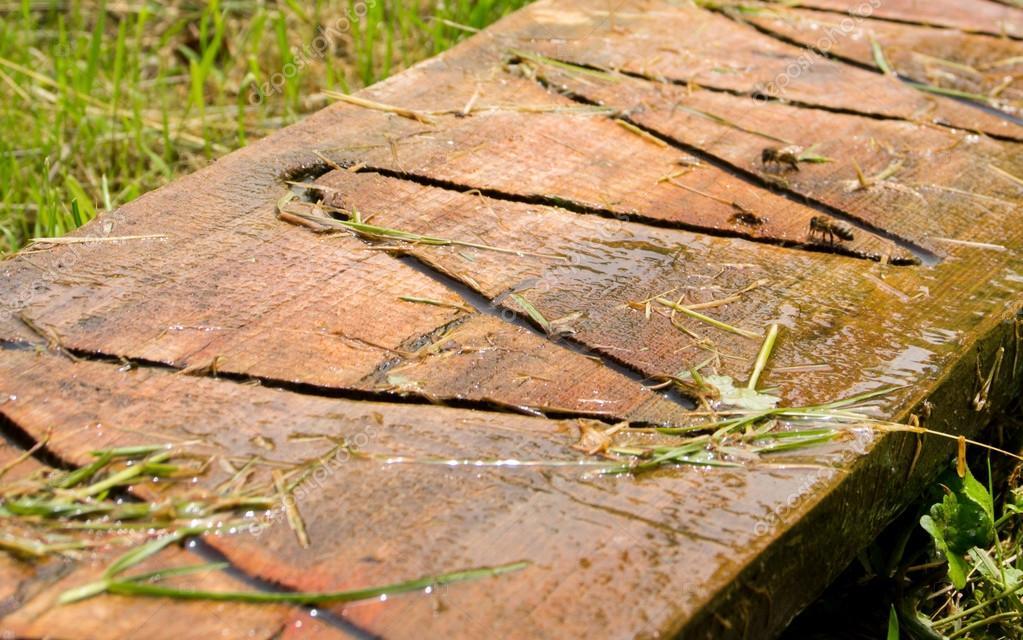 Поилка за пчели от дървена дъска