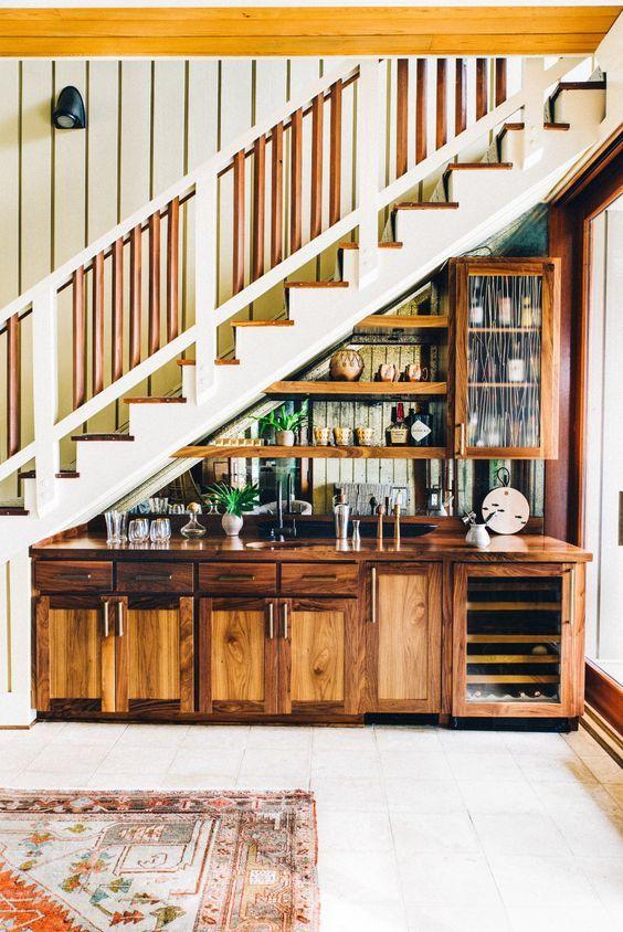 Мокър бар под стълбите. Как да използваме пространството под стълбите?