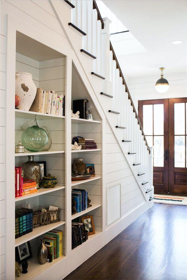 Рафтове за книги под стълбата