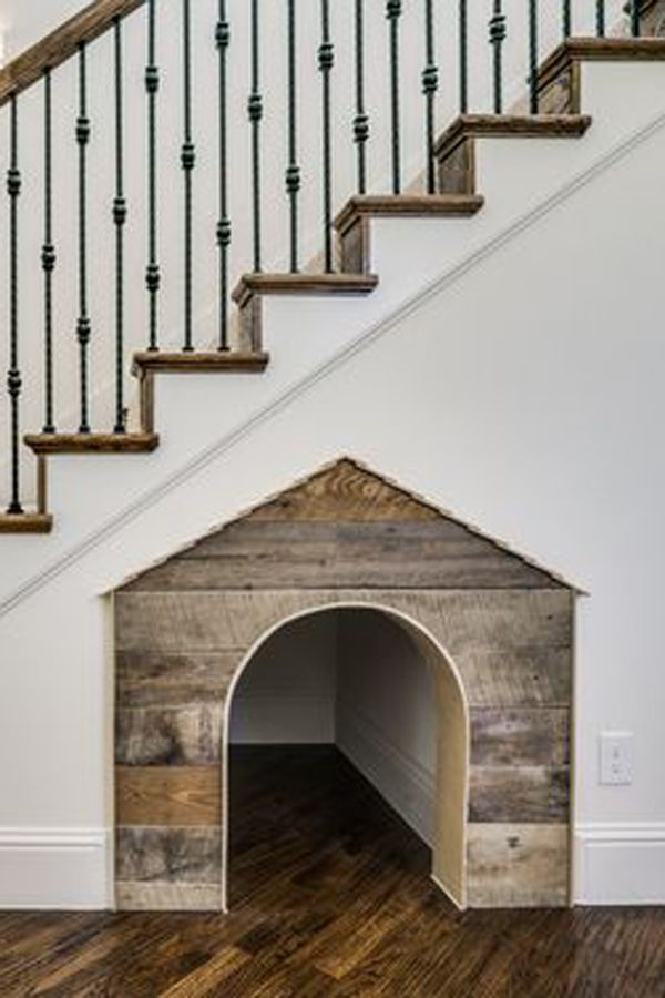 Кучешка колибка под стълбите. Как да използваме пространството под стълбите?
