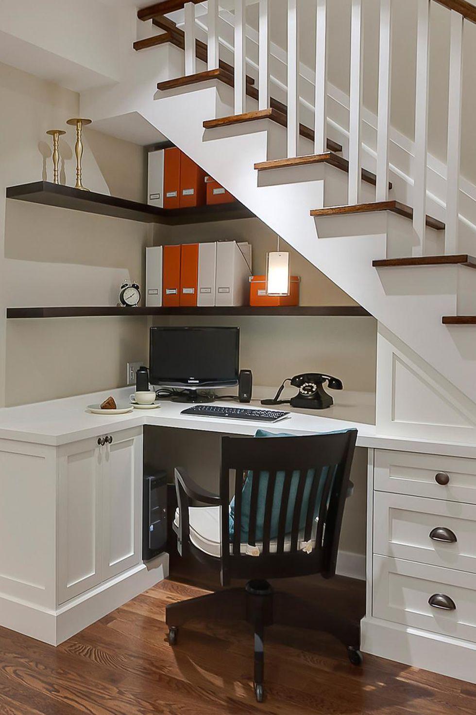 Домашен офис под стълбите. Как да използваме пространството под стълбите?