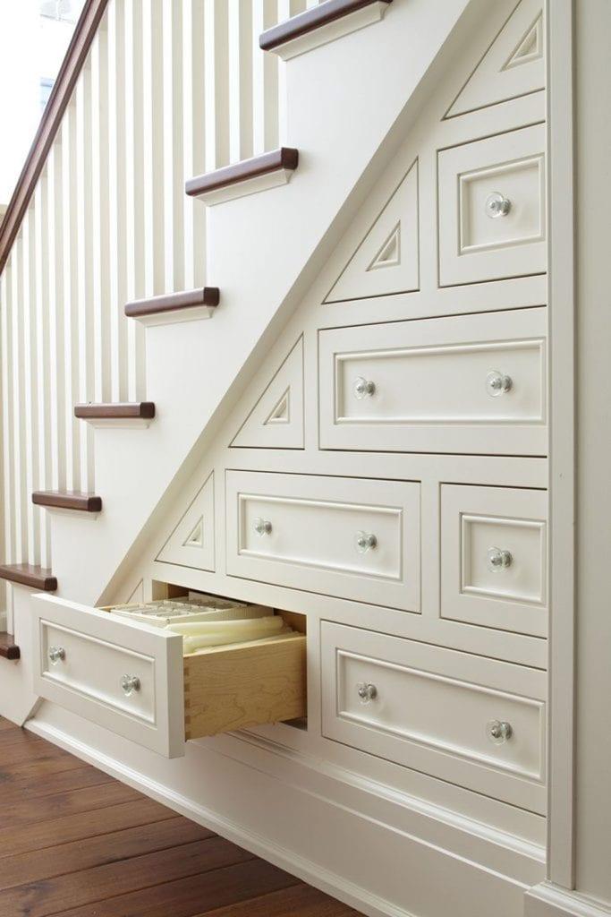 Чекмеджета под стълбите