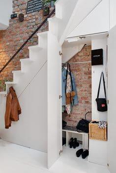 Гардероб под стълбите. Как да използваме пространството под стълбите?
