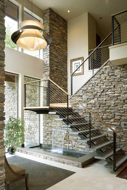 Красив фонтан под стълбите. Как да използваме пространството под стълбите?
