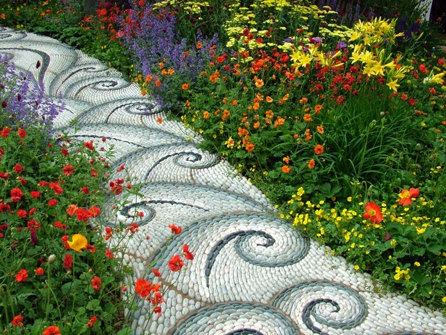 Красива градина с чакъл и речен камък