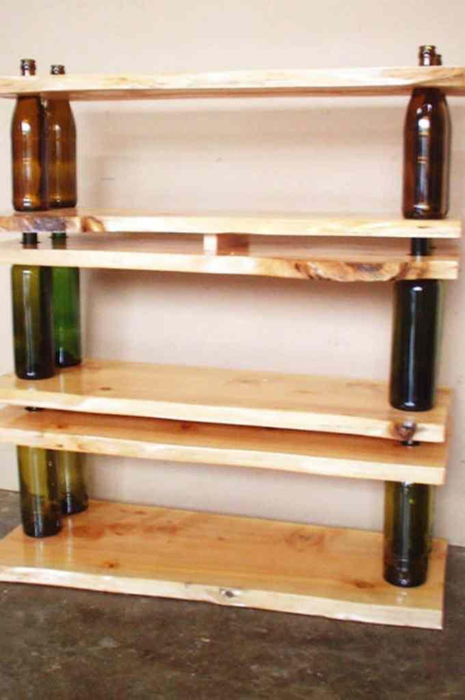 как да използваме празните бутилки - рафт от бутилки за вино