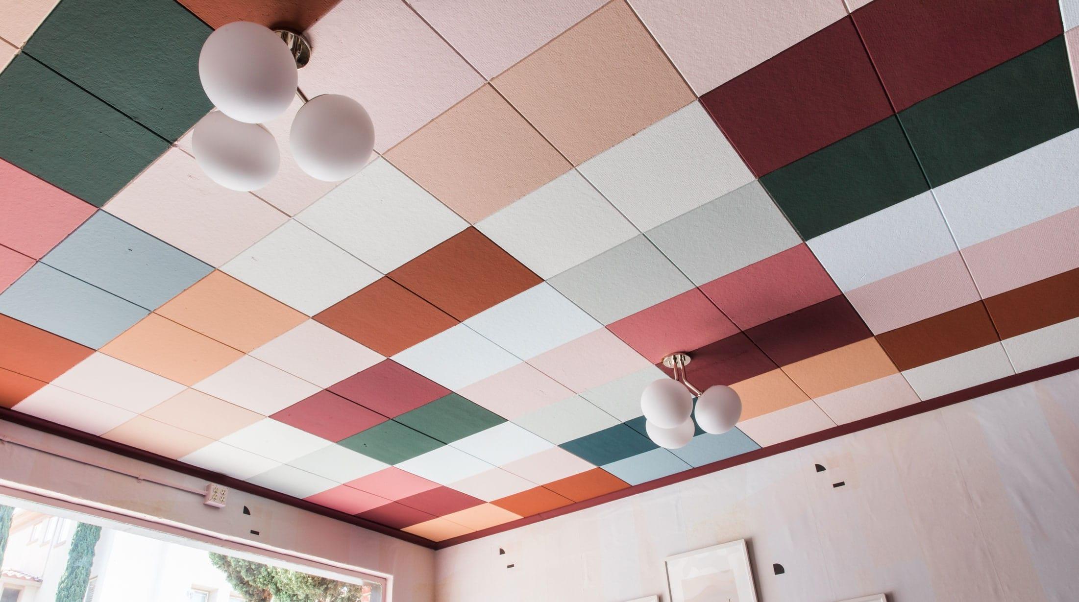 Как да подновим стария окачен таван с боядисване на старите пана.