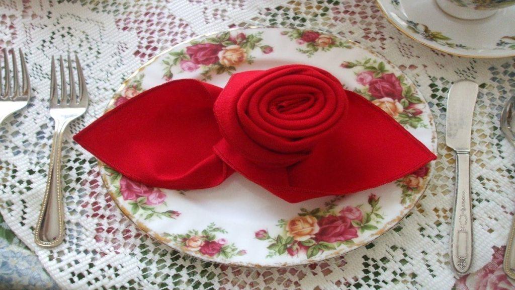 Как да сгънем салфетка на роза