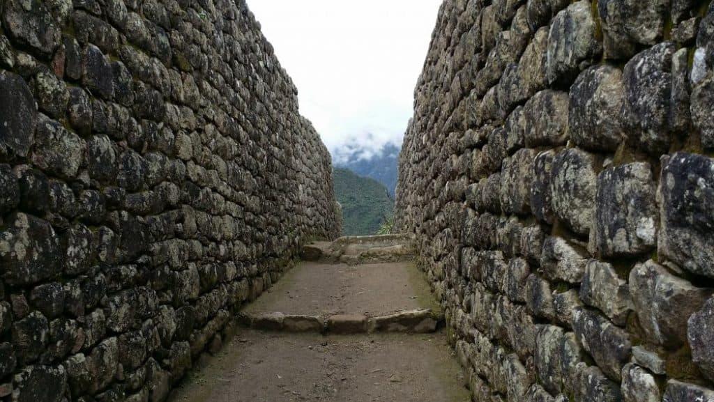 Гигантска каменна стена, направена без общи инструменти.