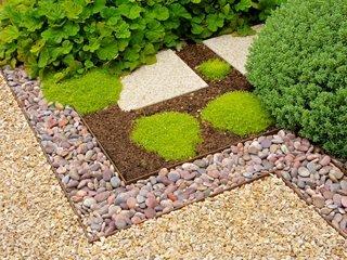 Различни материали като камъчета, чакъл и стъпала, за да направите визуално по-интересен пейзаж. - алпинеум - дизайн идеи и растения