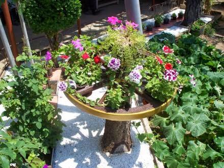 Поставка-масичка за цветя в градината.