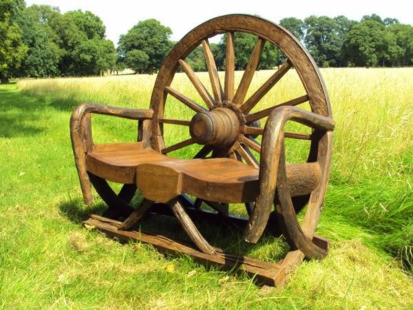 Една красива пейка от старо колело на каруца.