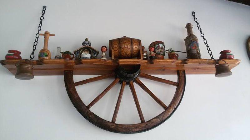 С помощта на каруцарското колело, ние можем да създадем един битов рафт, с който да украсим механата или хола!