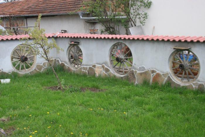 Вградени стари колела от каруца в стената - как да вдъхнем нов живот на старата каруца