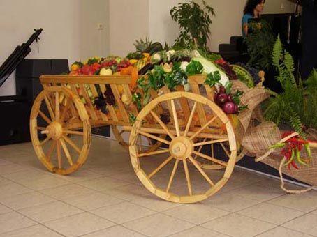 декоративна каруца с цветя - истинска красота