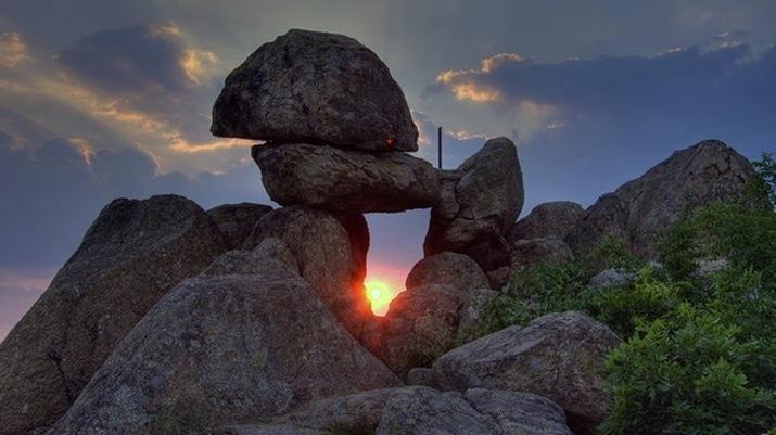 """мегалитът """"Врата на богинята Майка"""" край село Бузовград"""