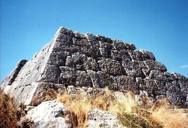 Хелениконската пирамида
