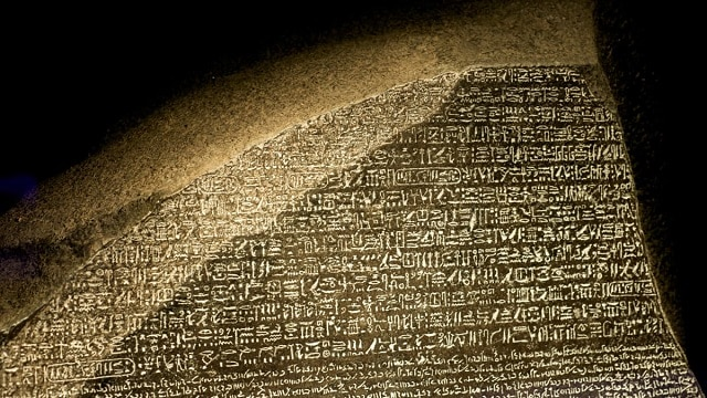 Коя писменост на Розетския камък е правилната - необясними загадки от древен Египет